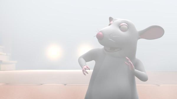 Rattendame Oma Rosa steht im dichten Nebel und kann so nicht mehr richtig sehen. Hinter ihr sind zwei große leuchtende Lichtbälle zu erkennen. | Rechte: 2021 Caligari Film