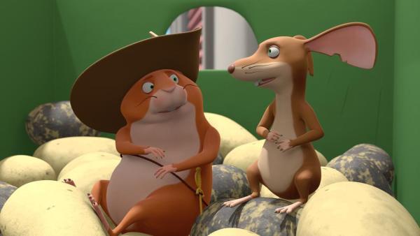 Hamster Bertram (links) und Ratte Pomme de Terre (rechts) sitzen zusammen auf einem Berg Kartoffeln und besprechen etwas. | Rechte: 2021 Caligari Film