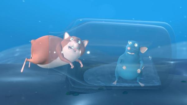 Ratte Picandou (rechts) und Hamster Betram (links) stecken unter Wasser in einer Glasflasche fest. Bertram hat nicht ganz in die Flasche hineingepasst und steckt nun mit seinem Hintern im Flaschenhals fest. Piccandou schaut erschrocken. | Rechte: 2021 Caligari Film