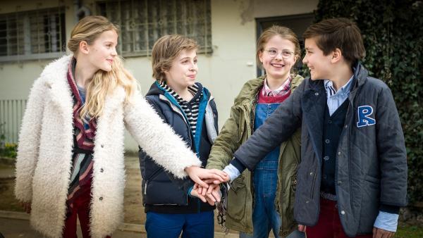 Fall gelöst: Stella (Zoë Malia Moon), Till (Otto von Grevenmoor), Pinja (Sina Michel) und Ramin (Jann Piet) schlagen ein.<br/> | Rechte: NDR/Boris Laewen