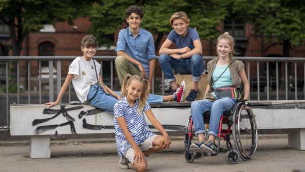 Die 11. Generation der Pfefferkörner - (hintere Reihe) Lou (Luna), Tarun (Caspar), Jonny (Leander), Pippa (Elyza) und Lou (Luna) im Hauptquartier. | Rechte: Boris Laewen