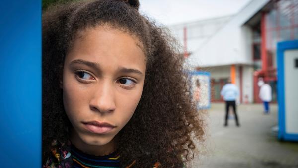 Lisha blickt um eine Hausecke.  | Rechte: NDR/Boris Laewen