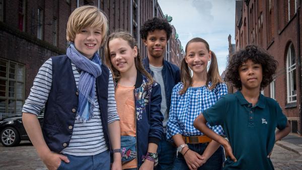 Levin, Kira, Tayo, Nele und Femi (von links nach rechts) stehen vor roten Backsteinhäusern. | Rechte: NDR/Boris Laewen