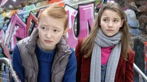 Emma (Aurelia Stern) und Nina (Carolin Garnier) auf Beobachtungsposten. | Rechte: NDR/Romano Ruhnau
