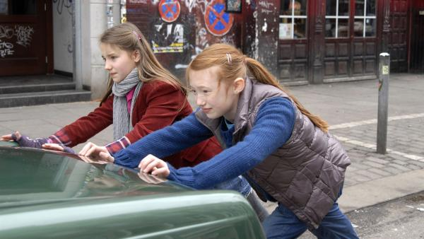 Nina (Carolin Garnier) und Emma (Aurelia Stern) schieben Dragans Cabrio ins Halteverbot.   Rechte: NDR/Romano Ruhnau