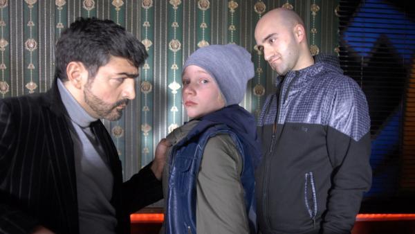 Dragan (Neil Malik Abdullah) und Janko (Milos Kostic) setzen Max (Bruno Alexander) massiv unter Druck.   Rechte: NDR/Romano Ruhnau