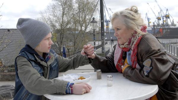 Max (Bruno Alexander) und Oma Leni (Doris Kunstmann) halten zusammen.   Rechte: NDR/Romano Ruhnau
