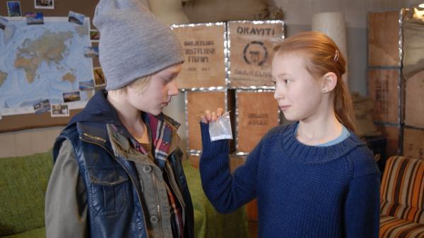 Emma (Aurelia Stern) stellt Max (Bruno Alexander) zur Rede. | Rechte: NDR/Romano Ruhnau