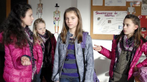 Nina (Carolin Garnier) wird von Stefanie (Marlene Luise Pruin), Pauline (Luisa Helmer) und Sara (Kira Steinmetz) des Diebstahls beschuldigt. | Rechte: NDR/Romano Ruhnau