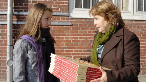 Hundemutter Rosa von Holdenstede (Petra Kelling) entschuldigt sich bei Nina (Carolin Garnier). | Rechte: NDR/Romano Ruhnau