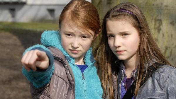 Emma (Aurelia Stern, li.) und Nina (Carolin Garnier) folgen dem Bettelkind Milla bis in ihre Hochhaussiedlung. | Rechte: NDR/Romano Ruhnau