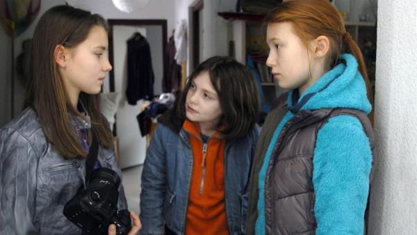 Nina (Carolin Garnier, li.) und Emma (Aurelia Stern, re.) stellen Milla (Annika Weber) zur Rede. | Rechte: NDR/Romano Ruhnau