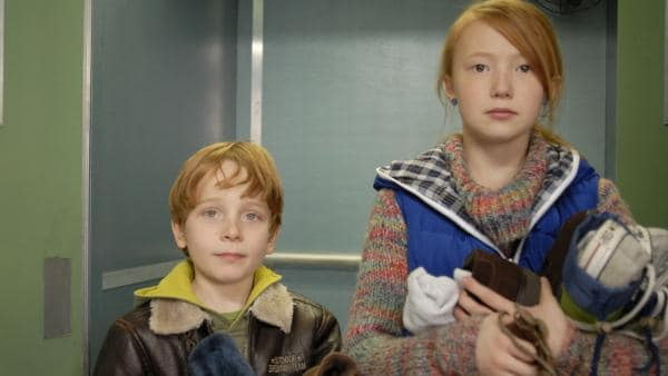 Alles wieder da: Henri (Sammy O'Leary) und Emma (Aurelia Stern) haben die geraubten Schuhe gefunden. | Rechte: NDR/Romano Ruhnau