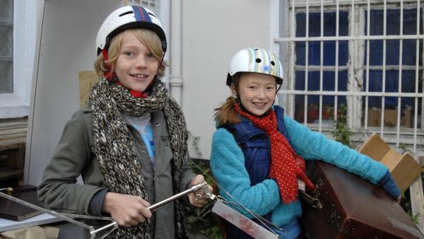 Max (Bruno Alexander) und Emma (Aurelia Stern) freuen sich über ihre Ausbeute beim Sperrmüll. | Rechte: NDR/Romano Ruhnau