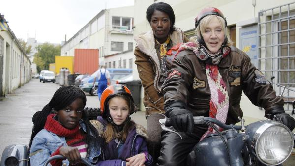 Auf der Flucht vor den Schleusern: Acai (Amanda Adjei), Nina (Carolin Garnier), Acais Mutter (Dayan Kodua) und Oma Leni (Doris Kunstmann). | Rechte: NDR/Romano Ruhnau