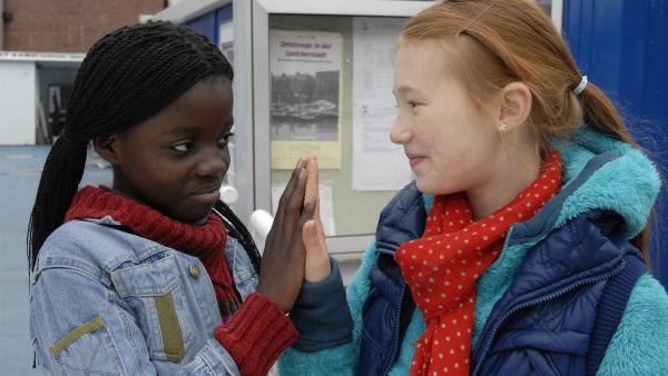 Alles wieder gut: Acai (Amanda Adjei) und Emma (Aurelia Stern) haben sich versöhnt. | Rechte: NDR/Romano Ruhnau
