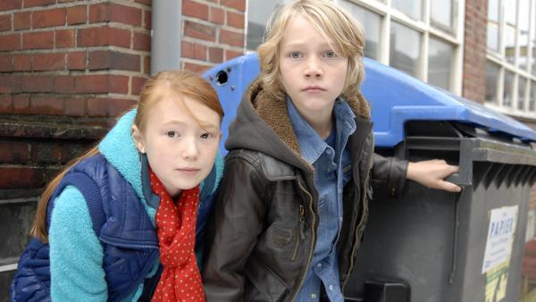 Emma (Aurelia Stern) und Max (Bruno Alexander) hoffen, dass die Schleuser in ihre Falle tappen. | Rechte: NDR/Romano Ruhnau