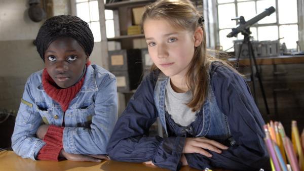 Acai (Amanda Adjei) vertraut sich Nina (Carolin Garnier) und ihren Freunden an. | Rechte: NDR/Romano Ruhnau