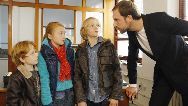 Erwischt! Henri (Sammy O'Leary), Emma (Aurelia Stern) und Max (Bruno Alexander) sind dem kriminellen Schleuser (Alexander Wüst) in die Hände geraten. | Rechte: NDR/Romano Ruhnau