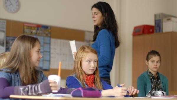 Noch wissen Nina (Carolin Garnier) und Emma (Aurelia Stern) nicht, dass ihre Mitschülerin Sarah (Isabel Harder Pargana, rechts) erpresst wird. | Rechte: NDR/Romano Ruhnau
