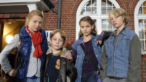 Die Pfefferkörner Emma (Aurelia Stern), Henri (Sammy O'Leary), Nina (Carolin Garnier) und Max (Bruno Alexander) vor ihrer Schule. | Rechte: NDR/Romano Ruhnau