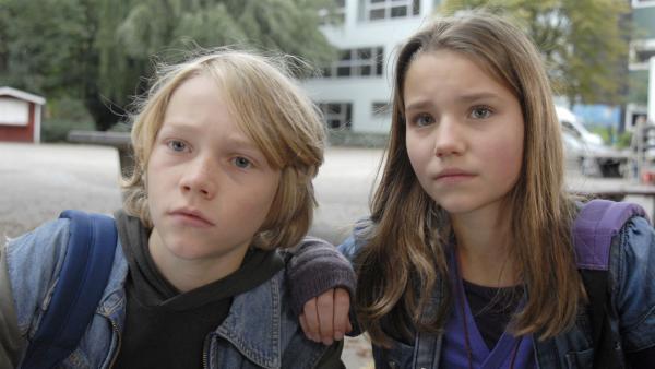 Max (Bruno Alexander) und Nina (Carolin Garnier) ermitteln auf dem Pausenhof. | Rechte: NDR/Romano Ruhnau