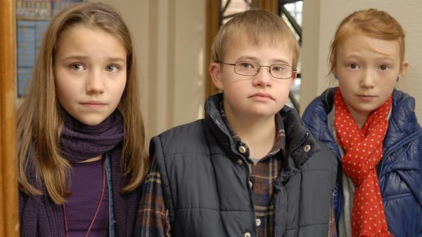 Matteo (Robin Huth, Mitte) soll Nina (Carolin Garnier, links) und Emma (Aurelia Stern, rechts) helfen, den Erpresser zu finden. | Rechte: NDR/Romano Ruhnau