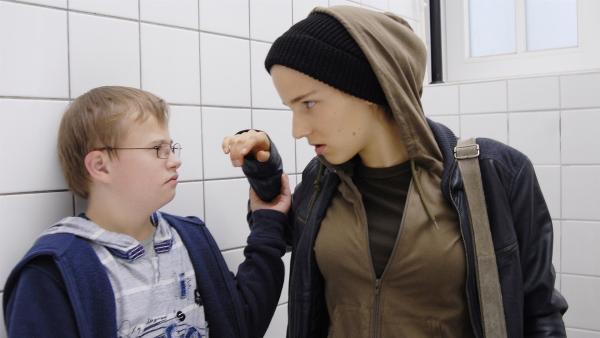 Matteo (Robin Huth) erwischt die Erpresserin (Clara Epstein) auf der Schultoilette. | Rechte: NDR/Romano Ruhnau