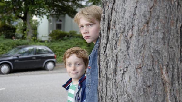 Henri (Sammy O'Leary) und Max (Bruno Alexander) auf Beobachtungsposten | Rechte: NDR/Romano Ruhnau