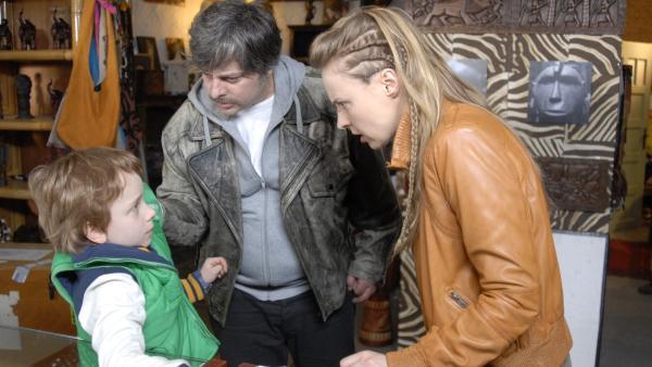 Im Alleingang versucht Henri (Sammy O'Leary), die Elfenbeinschmuggler Gregor (Rüdiger Klink) und Tamara (Katja Danowski) zu überführen. | Rechte: NDR/Romano Ruhnau