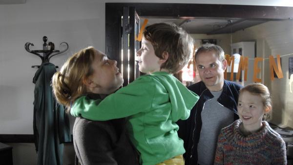 Wiedersehensfreude! Henri (Sammy O'Leary), Jan (Matthias Klimsa) und Emma (Aurelia Stern) begrüßen Henris Mutter Elisabeth (Dagmar Leesch). | Rechte: NDR/Romano Ruhnau