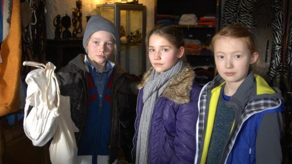 Max (Bruno Alexander), Nina (Carolin Garnier) und Emma (Aurelia Stern) präsentieren das geschmuggelte Elfenbein. | Rechte: NDR/Romano Ruhnau