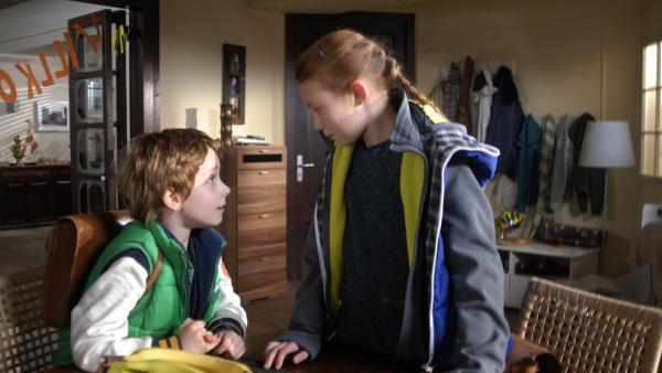 Dicke Luft bei Henri (Sammy O'Leary) und Emma (Aurelia Stern). | Rechte: NDR/Romano Ruhnau