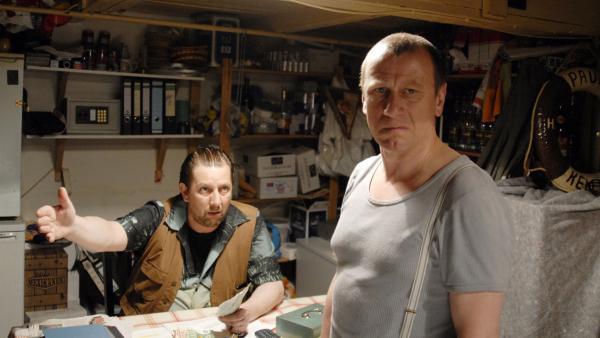Didi Kracht (Frank Jacobsen) ist sauer auf seinen Mitarbeiter Olek Tcharkow (Jevgenij Sitochin). | Rechte: NDR/Romano Ruhnau