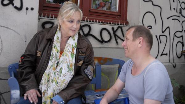 Olek Tcharkow (Jevgenij Sitochin) kümmert sich um die erschöpfte Oma Leni (Doris Kunstmann). | Rechte: NDR/Romano Ruhnau
