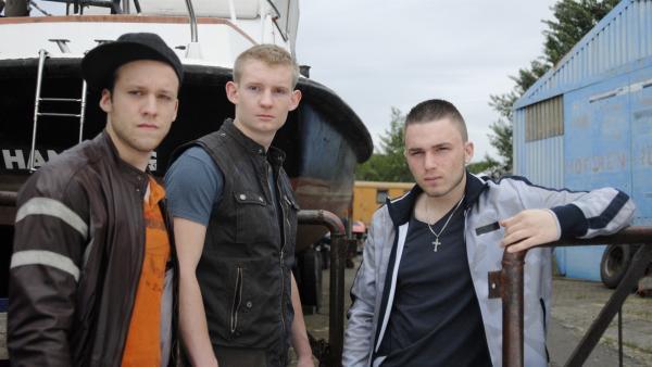 Der Imbisswagen ist verschwunden. King (Leonard Boes), Wolle (Andreas Dyszewski) und Lalli (Roben Fröhlich) rätseln. | Rechte: NDR/Romano Ruhnau