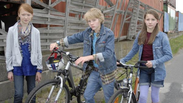 Emma (Aurelia Stern), Max (Bruno Alexander) und Nina (Carolin Garnier) folgen einer Spur im Hafen. | Rechte: NDR/Romano Ruhnau