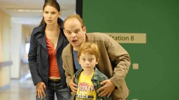 Polizistin Svenja (Stefanie Schmid), Pastor Jan (Matthias Klimsa) und Henri (Sammy O'Leary) jagen Dr. Kohlberg. | Rechte: NDR/Romano Ruhnau