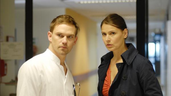 Krankenpfleger Henning (Daniel Lommatzsch) gibt Svenja (Stefanie Schmid) einen Tipp. | Rechte: NDR/Romano Ruhnau