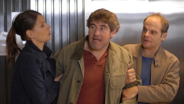Svenja (Stefanie Schmid) und Jan (Matthias Klimsa) nehmen Dr. Kohlberg (Stephan Szasz) in die Mangel. | Rechte: NDR/Romano Ruhnau
