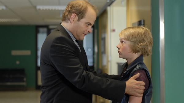 Im Krankenhaus kümmert sich Jan (Matthias Klimsa) rührend um den besorgten Max (Bruno Alexander). | Rechte: NDR/Romano Ruhnau