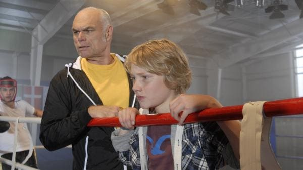 Boxtrainer Fred Kosloff (Ludger Burmann) und Max (Bruno Alexander) warten auf Henry Maske. | Rechte: NDR/Romano Ruhnau