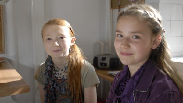 "Emma (Aurelia Stern) berät Nina (Carolin Garnier) in Sachen ""Liebe"". | Rechte: NDR/Romano Ruhnau"