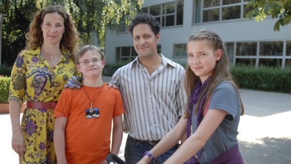Endlich ist Matteos (Robin Huth) Unschuld bewiesen. Maria (Clelia Sarto), Antonio (Orazio Zambelletti) und Nina (Carolin Garnier) sind erleichtert. | Rechte: NDR/Romano Ruhnau