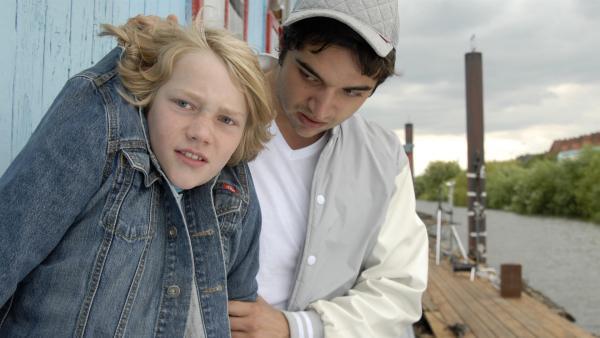 Tarik (Zino Gleich) erwischt Max (Bruno Alexander) beim Spionieren auf dem Hausboot. | Rechte: NDR/Romano Ruhnau