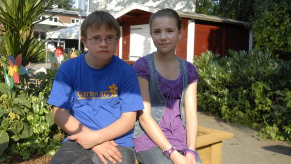 Matteo (Robin Huth) und Nina (Carolin Garnier) sind ratlos: Wo sind die Hortensien für den Schulgarten? | Rechte: NDR/Romano Ruhnau