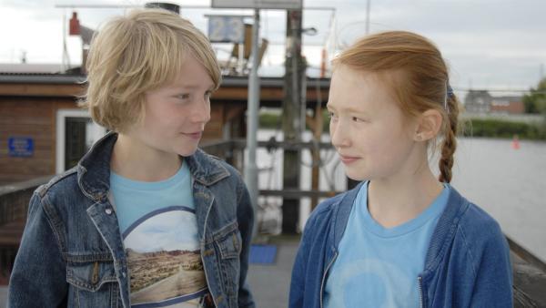 Max (Bruno Alexander) konnte Emma (Aurelia Stern) auf dem Hausboot befreien. | Rechte: NDR/Romano Ruhnau