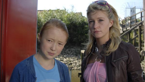 Emma (Aurelia Stern) begleitet Jacki (Liza Bergmann) zum Hausboot. | Rechte: NDR/Romano Ruhnau