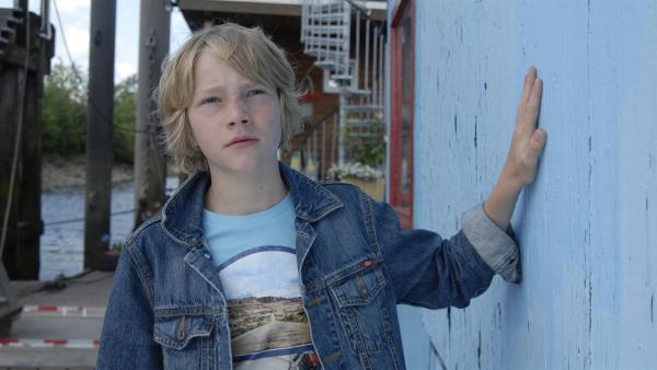 Max (Bruno Alexander) schleicht zum Hausboot. | Rechte: NDR/Romano Ruhnau
