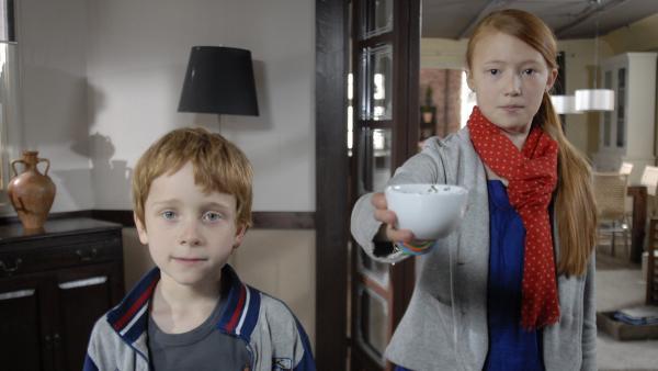 Henri (Sammy O'Leary) und Emma (Aurelia Stern) bieten Debbie eine Tasse ihres eigenen Tees an. | Rechte: NDR/Romano Ruhnau